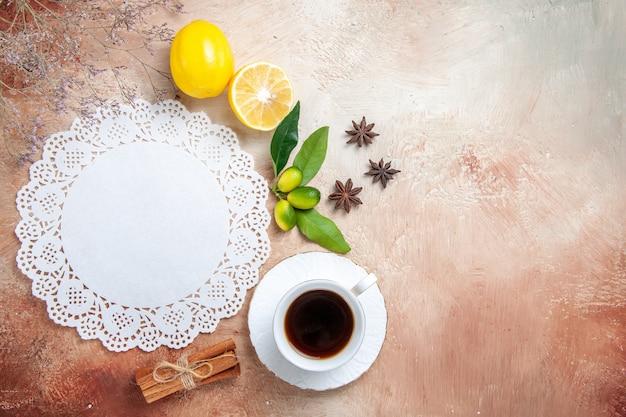 Una tazza di tè, tè nero, limone, tovagliolo