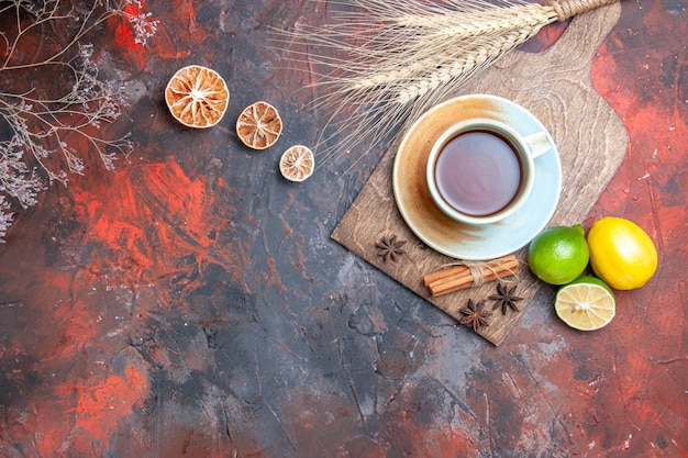 Una tazza di tè una tazza di tè cannella anice stellato limoni lime sul tagliere