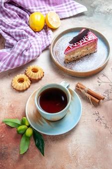 Una tazza di tè una tazza di tè un piatto di torta biscotti cannella limone tovaglia