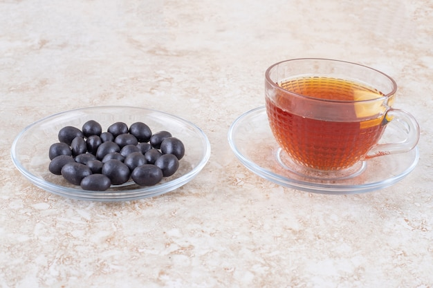 Una tazza di tè e una porzione di palline di caramelle
