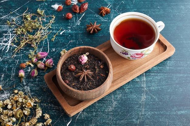 Una tazza di tè alle erbe.