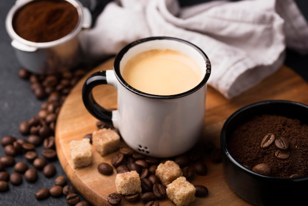 Чашка с кофе на деревянной доске