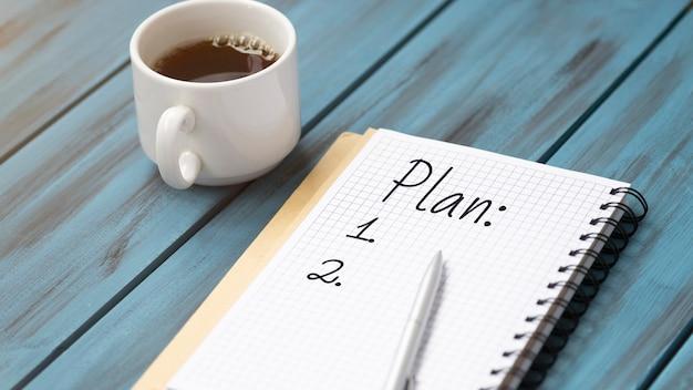 커피, 연필 및 노트북 컵