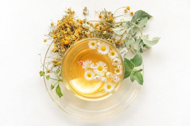 Чашка с травяным чаем на свете