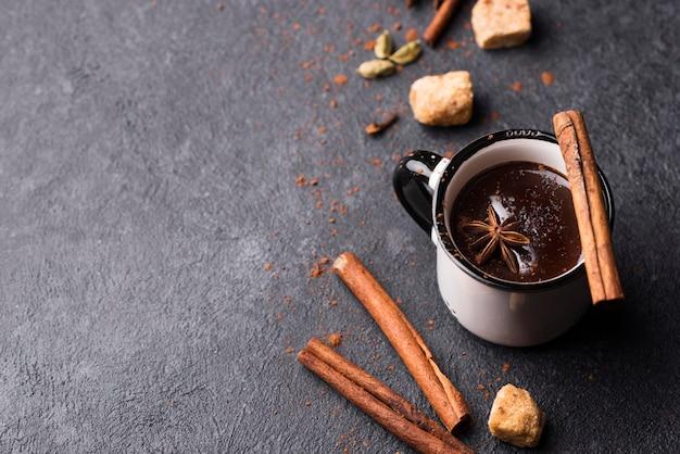 Tazza con cioccolata calda e cannella con copia-spazio
