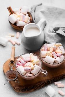 テーブルの上の熱いマシュマロ飲み物とカップ