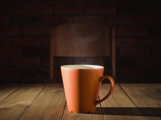 テーブルの上に熱いお茶とカップ