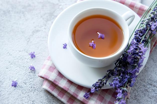 ラベンダーティーと新鮮なラベンダーの花のカップ
