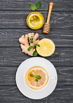 レモンティーと蜂蜜の机の上のカップ