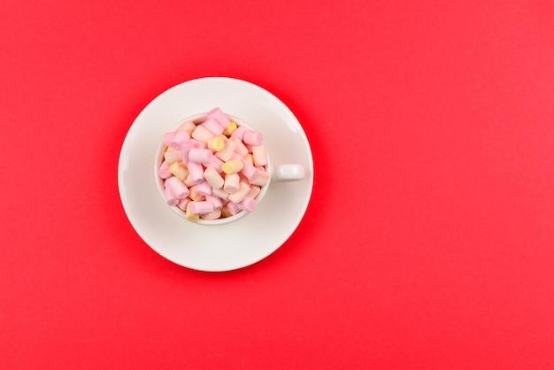 赤にマシュマロを入れたカップ。