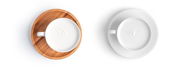 고립 된 나무 접시에 우유 음료 컵