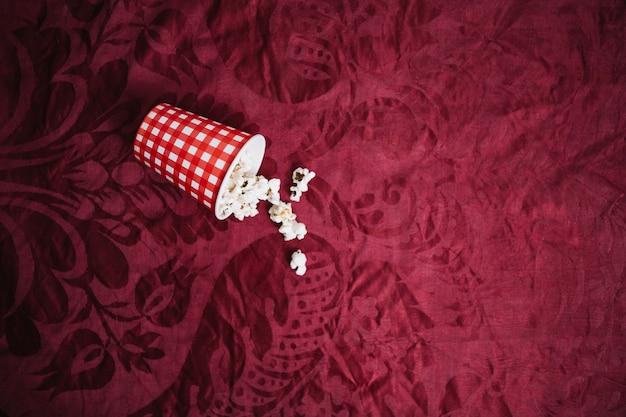 Кубок с попкорном на бархатной ткани