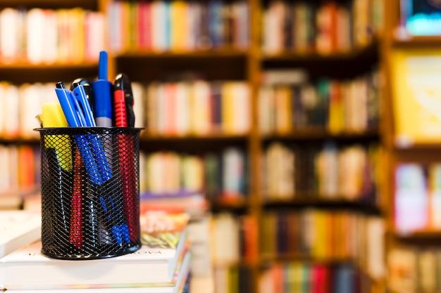 도서관에서 편지지와 컵
