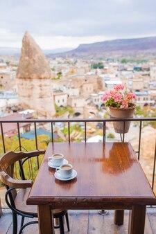 카파도키아 터키의 계곡 배경에 전통적인 터키식 커피를 곁들인 컵