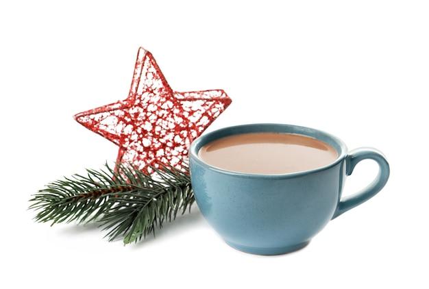 白い背景の上のおいしいココアとクリスマスの装飾とカップ