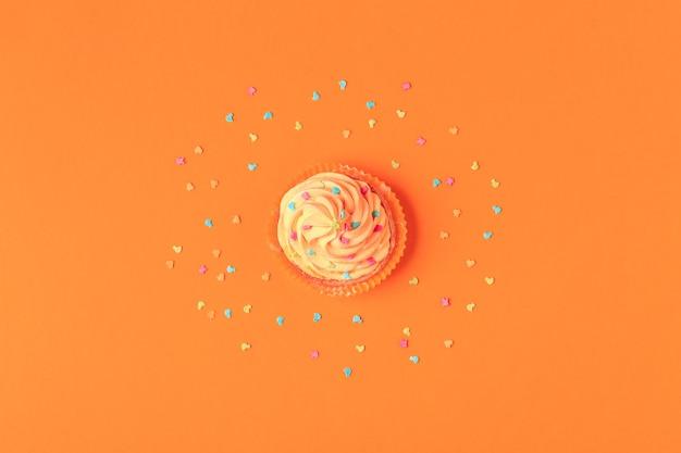 Кекс, конфетти фон