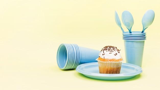 Кекс, чашки и ложки