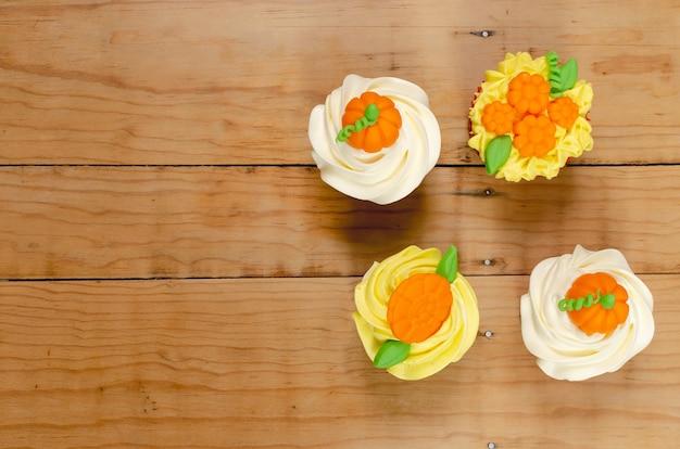 할로윈 축하를 위해 크림 치즈 프로스팅과 퐁당으로 장식된 컵케이크