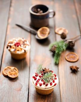 ザクロとアニスで飾られたカップケーキ