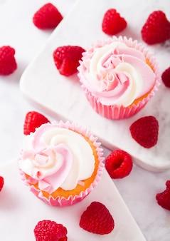 Кекс кекс с малиновым кремом десерт