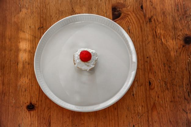 イチゴと皿の上のカップケーキ