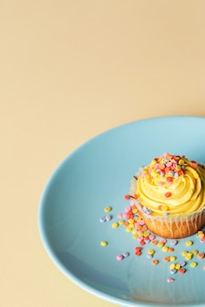 皿の上のカップケーキ