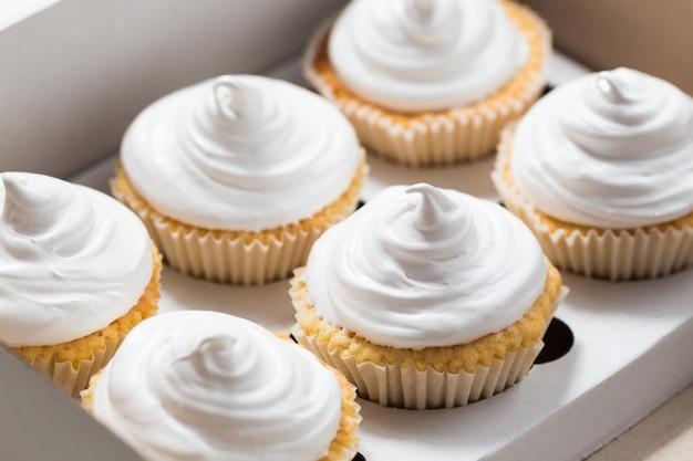 カップケーキパッケージバニラカップケーキとホワイトクリーム