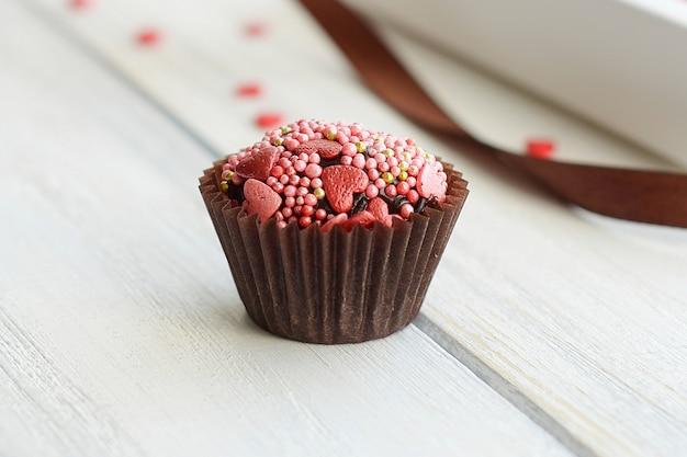 チョコレートとスプリンクルのカップケーキ