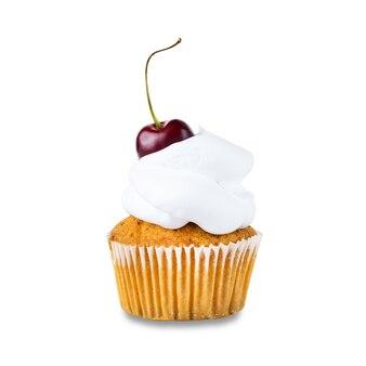 新鮮なチェリーと白いホイップクリームが白い背景で隔離のカップケーキ