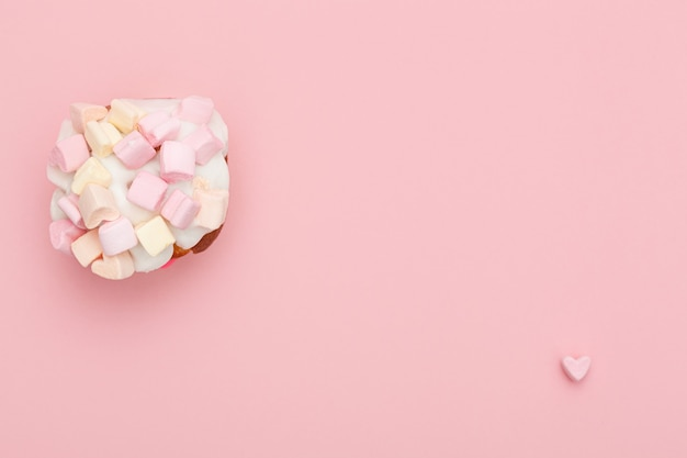 오른쪽 하단에 작은 마음으로 분홍색 배경에 마시멜로에서 마음으로 먹고