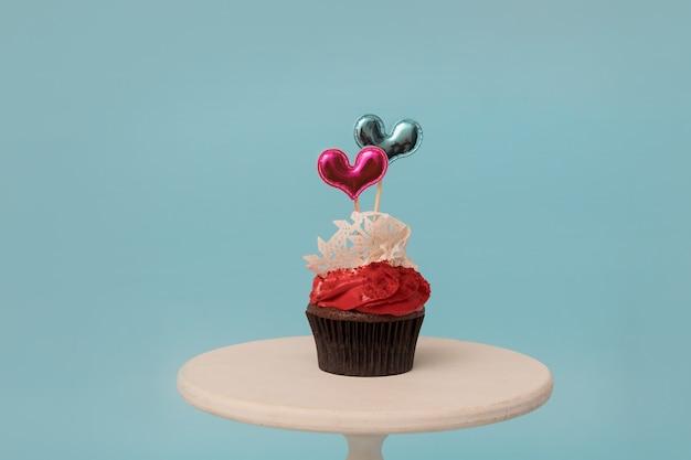 발렌타인 데이 파티 또는 메뉴를위한 두 개의 하트 모양 장식 과자가있는 컵 케이크