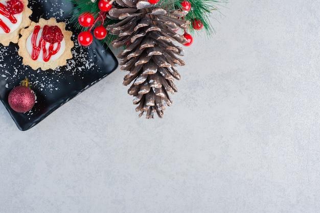 컵 케이크와 대리석 표면에 크리스마스 장식
