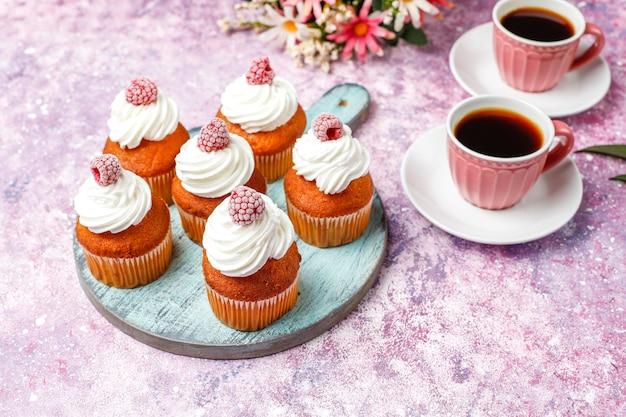 カップケーキはホイップクリームと冷凍ラズベリーを飾っています。