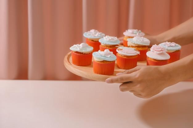 フォンダンショコラで飾られたカップケーキ。明るい背景の上のテーブル上のバレンタインの甘い愛のカップケーキ