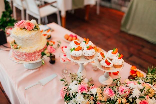 結婚式のテーブルの上のカップケーキ