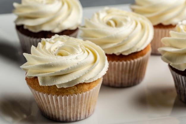 クリーム入りのカップケーキまたはマフィン。ホリデーケーキのお祝い、おいしいデザート、クローズアップ。