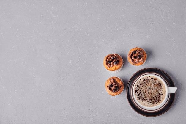 一杯のコーヒーとカップケーキ。