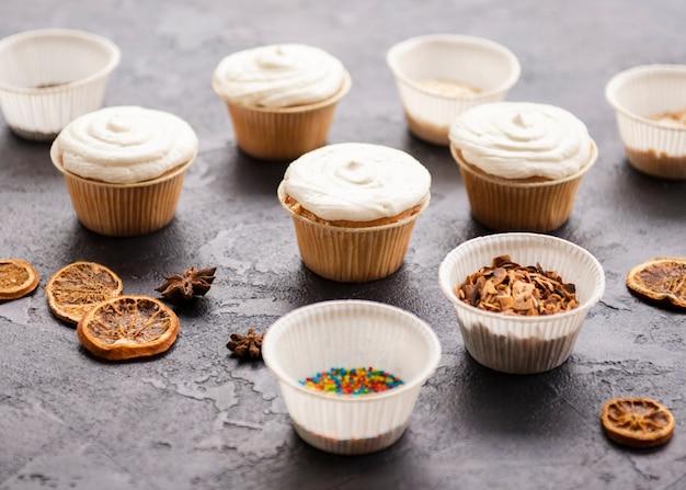 アイシングと色とりどりの振りかけるカップケーキ