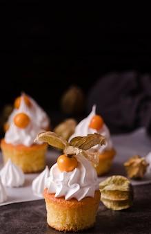 Cupcakes con glassa e copia spazio