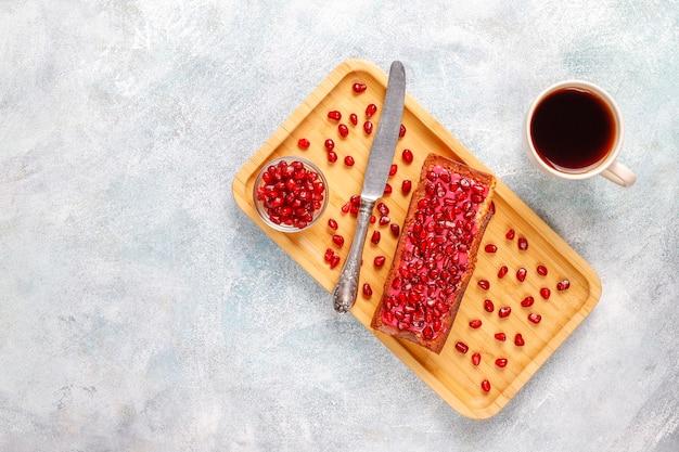ザクロのトッピングとシードのカップケーキ。