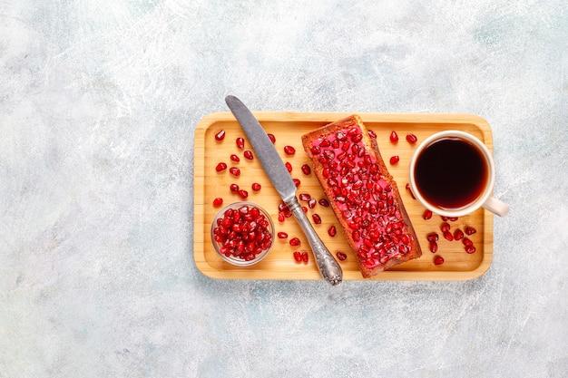 Кексы с начинкой из граната и семенами.