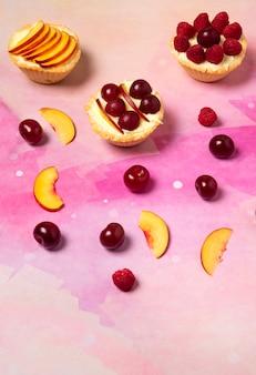 上にバニラクリームと夏のフルーツのカップケーキ