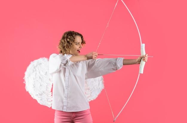 Амур стреляет любовной стрелой с луком на день святого валентина женщина-ангел с луком и стрелами день святого валентина