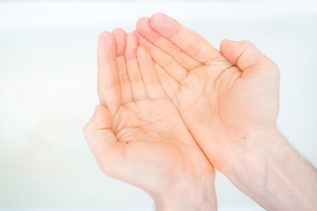 純水でカップ状の手