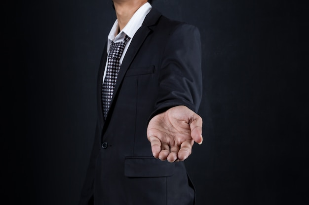 ビジネスマンは開いたcupped手を空にする。与えているか持たれているかの概念。フォーカスを選択