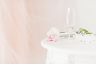 Чашки и цветы на столе