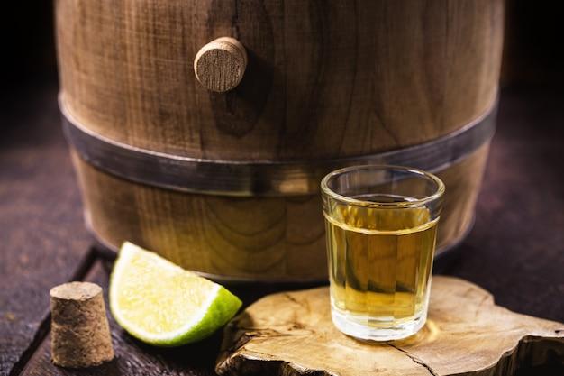 カシャーサのカップ、サトウキビから作られたブラジルの飲み物、通称「ピンガ」と呼ばれるブラジルのラン、コピースペース