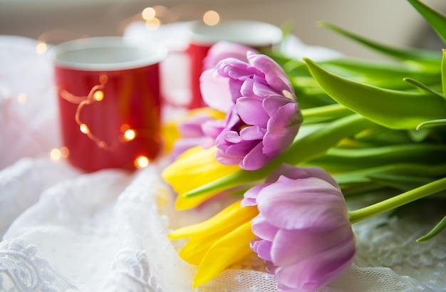 コーヒーと花束のチューリップのカップ