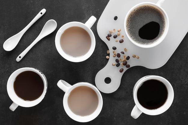 テーブルの上のコーヒーのカップ