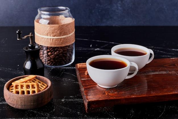 Чашки кофе с печеньем и фасолью.
